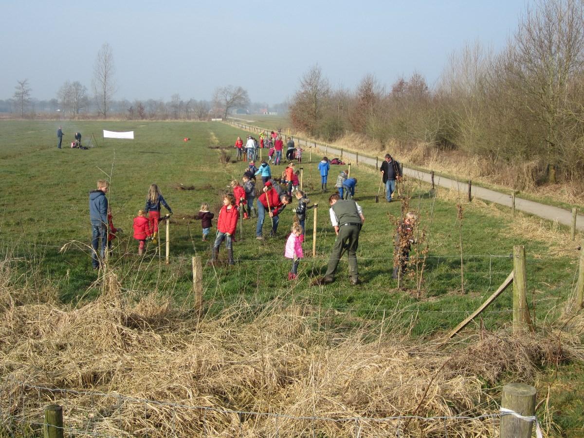 leerlingen Florens Radewijnsschool naar de boomgaard